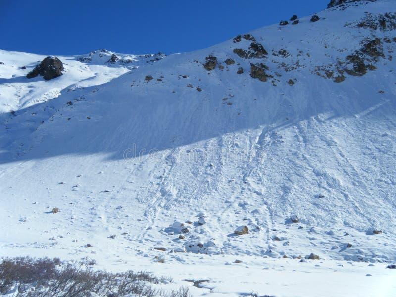 Pouco avalanchas da neve nos andes imagem de stock