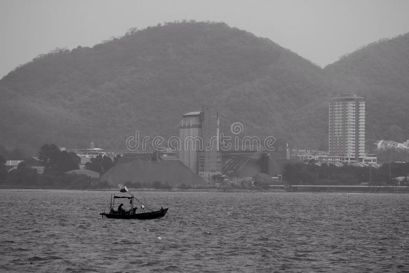 Pouco barco no mar fotografia de stock