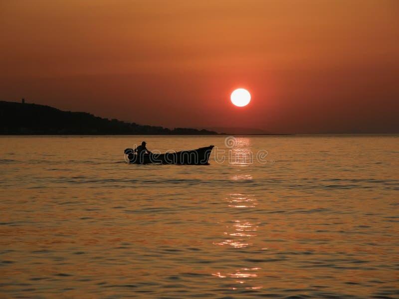 Pouco barco no por do sol do verão fotografia de stock royalty free