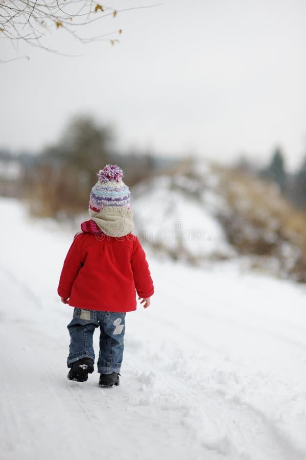 Pouco bebé do inverno no revestimento vermelho fotos de stock royalty free