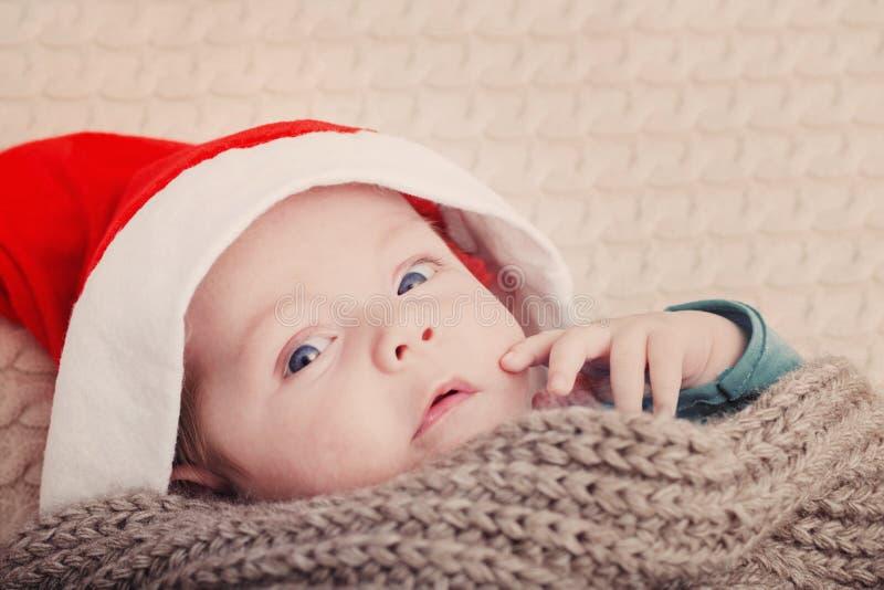 Pouco bebê no chapéu vermelho de Santa foto de stock