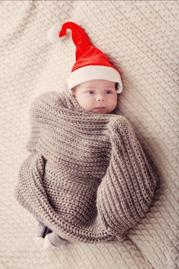 Pouco bebê no chapéu vermelho de Santa fotografia de stock