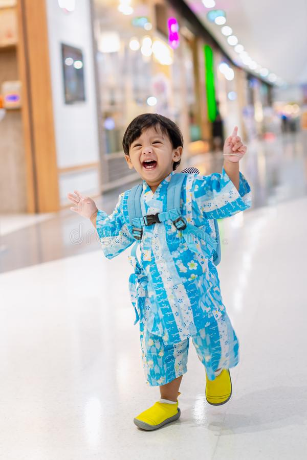 Pouco bebê que corre e que ri Bebê adorável da criança bebê feliz que corre a maneira da caminhada imagem de stock royalty free
