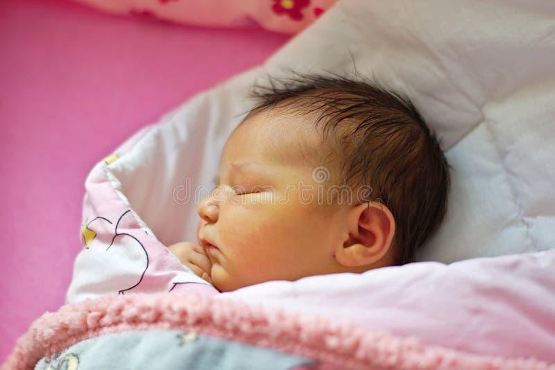 Pouco bebê recém-nascido é dormir agradável imagem de stock royalty free