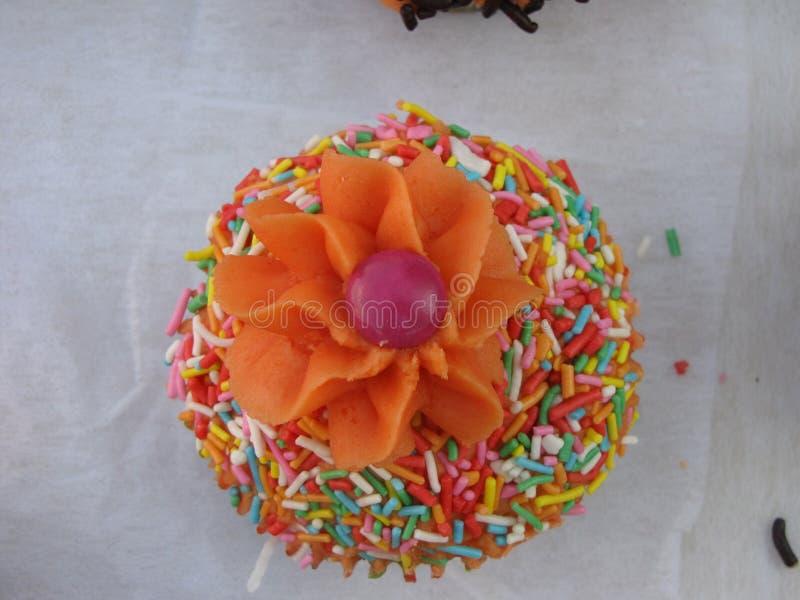 Pouco bolo com geada alaranjada fotografia de stock