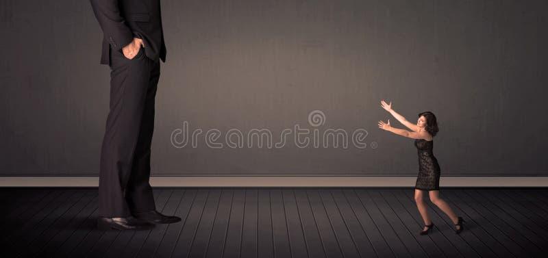 Pouco bussineswoman na frente de um conceito dos pés do chefe do gigante ilustração stock