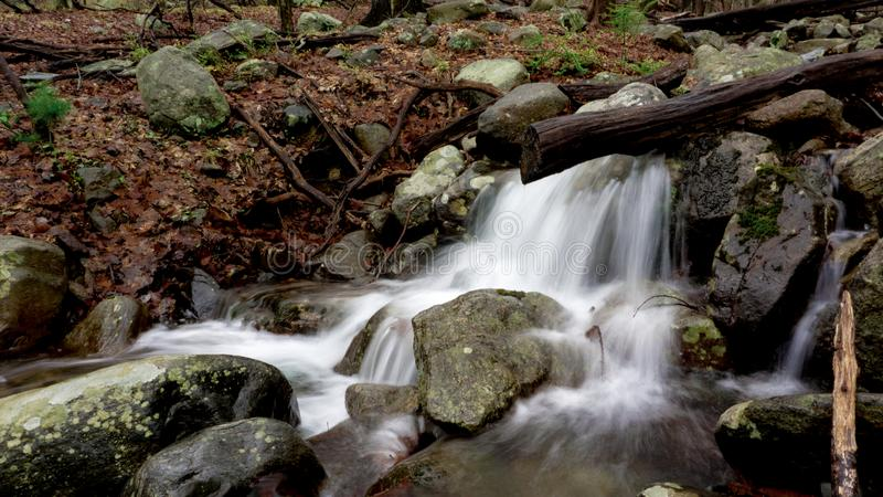 Pouco cachoeira com exposição longa fotografia de stock royalty free