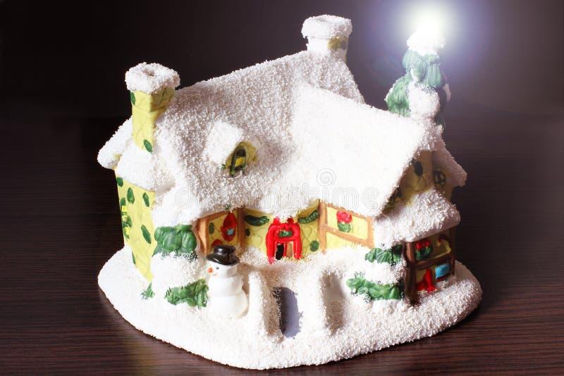 Pouco a casa de ano novo na neve imagens de stock