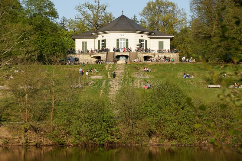Pouco castelo na área de recreação da costa do lago de Estugarda fotos de stock royalty free