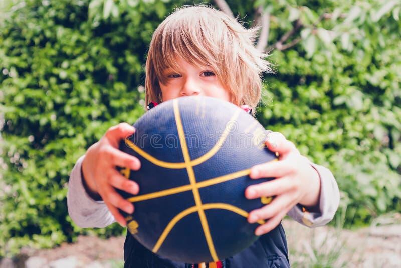 Pouco conexões sensoriais exteriores do jogador de basquetebol da criança fotografia de stock