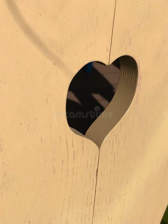 Pouco coração gravado na madeira fotografia de stock royalty free