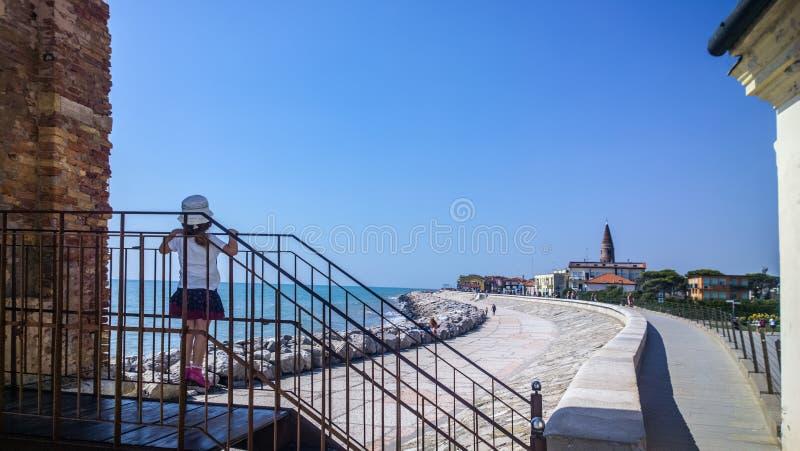 Pouco criança no ponto dos pés a poder ver o panorama de uma escadaria fotografia de stock royalty free