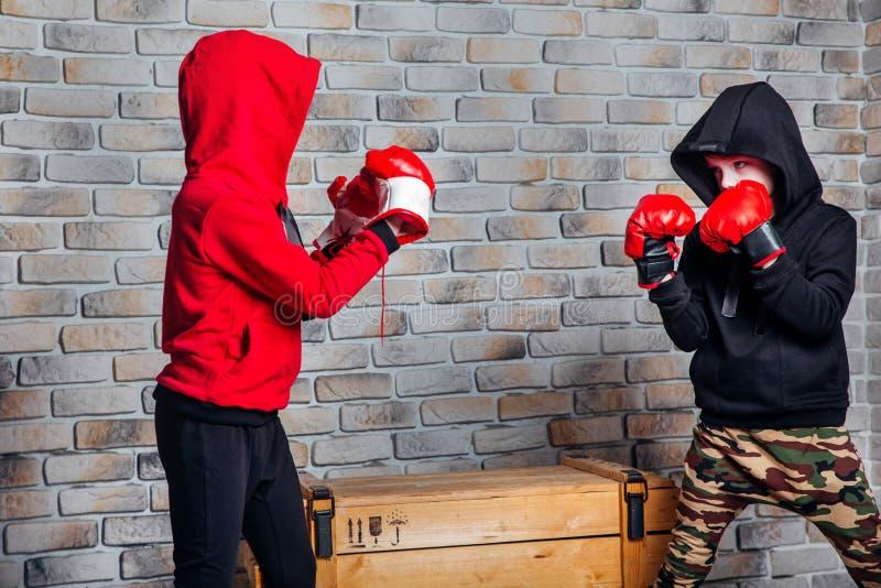Pouco encaixotamento dos irmãos gêmeos Conceito adolescente e das crianças da forma do esporte fotos de stock royalty free