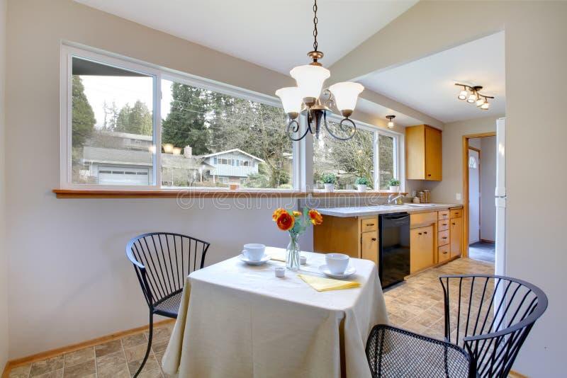 Pouco espaço para refeições em uma sala brilhante da cozinha foto de stock royalty free