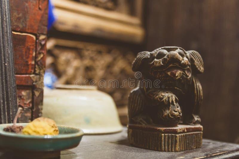 Pouco estatueta do cão na loja antiga em China foto de stock royalty free