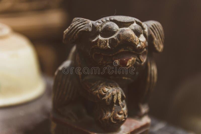 Pouco estatueta do cão na loja antiga em China fotos de stock royalty free