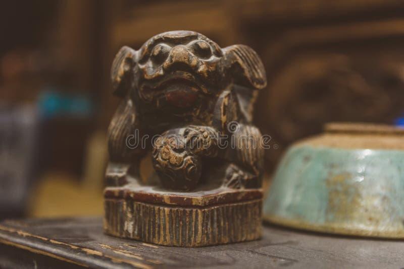 Pouco estatueta do cão na loja antiga em China fotografia de stock