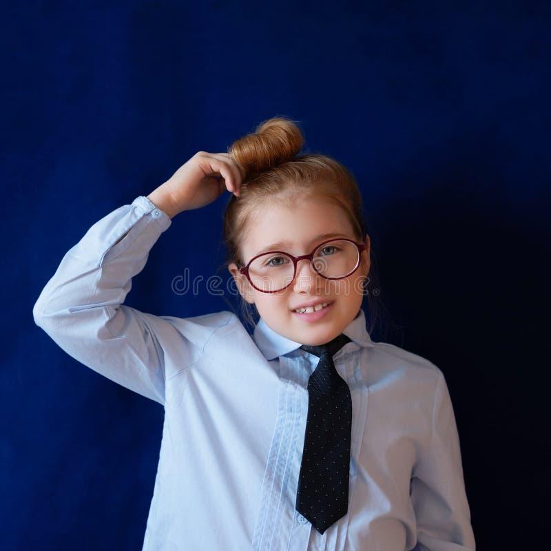 Pouco estudante confusa que risca a cabe?a fotografia de stock royalty free