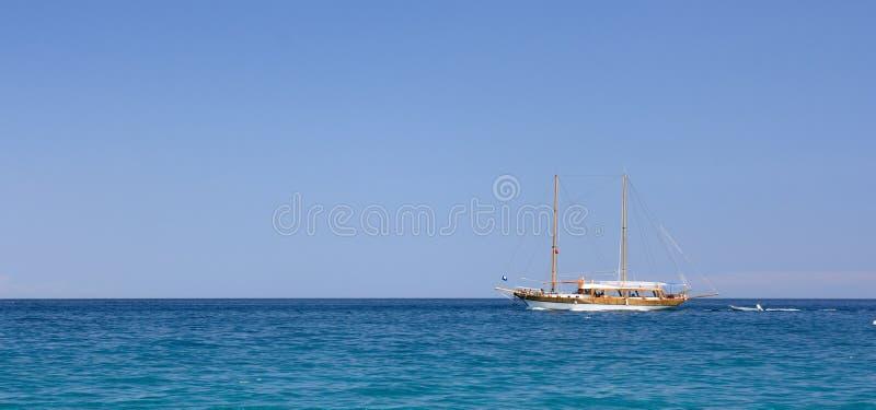 Download Pouco Iate Da Navigação No Dia Bonito Imagem de Stock - Imagem de outdoors, yachting: 12807051