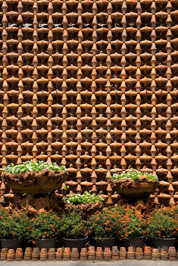 Pouco jardim da árvore no potenciômetro de argila e nos muitos potenciômetros de argila fotografia de stock