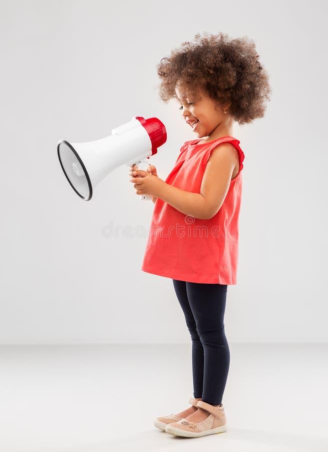 Pouco menina afro-americano com megafone imagens de stock
