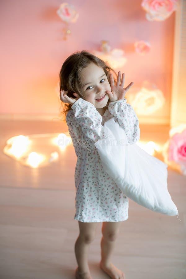 Pouco menina bonita com descansos leves em uma sala acolhedor fotos de stock
