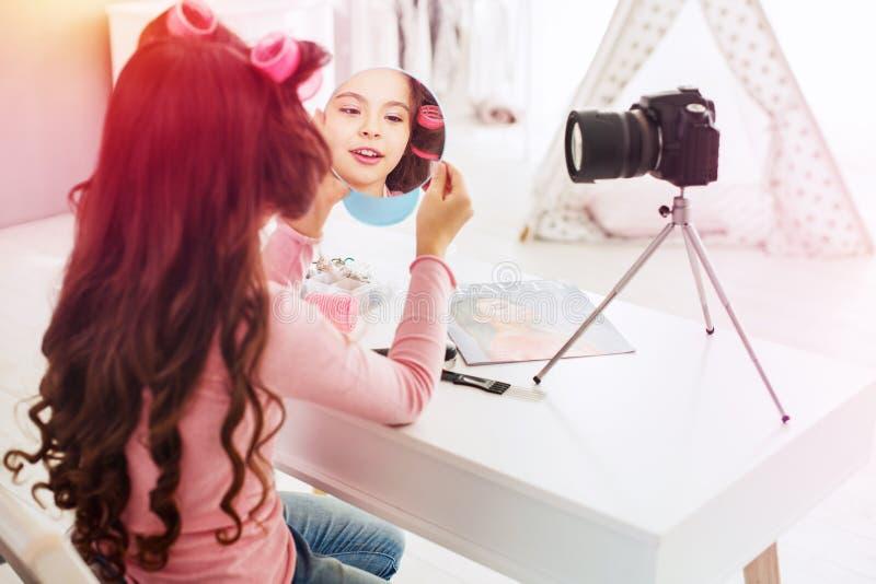 Pouco menina bonita que faz pouca apresentação video que participa na competição de beleza fotos de stock