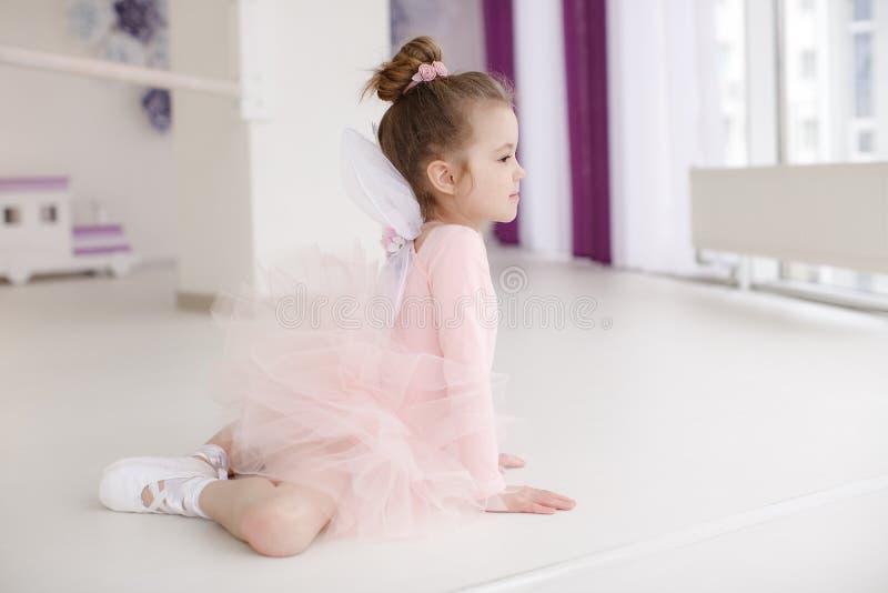 Pouco menina bonito na classe no estúdio do bailado fotos de stock royalty free