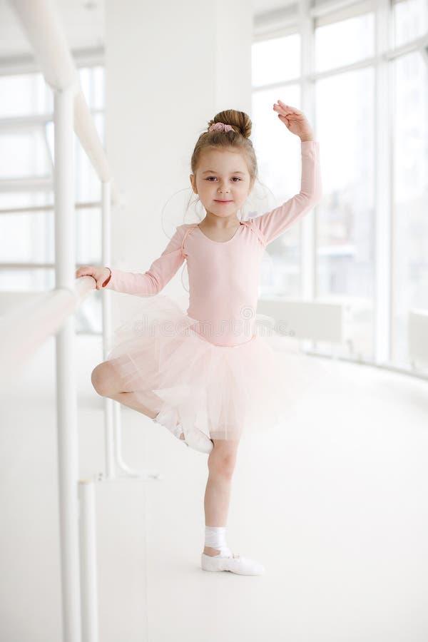 Pouco menina bonito na classe no estúdio do bailado fotos de stock