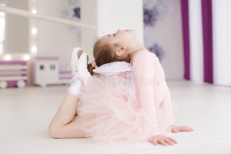 Pouco menina bonito na classe no estúdio do bailado imagem de stock royalty free