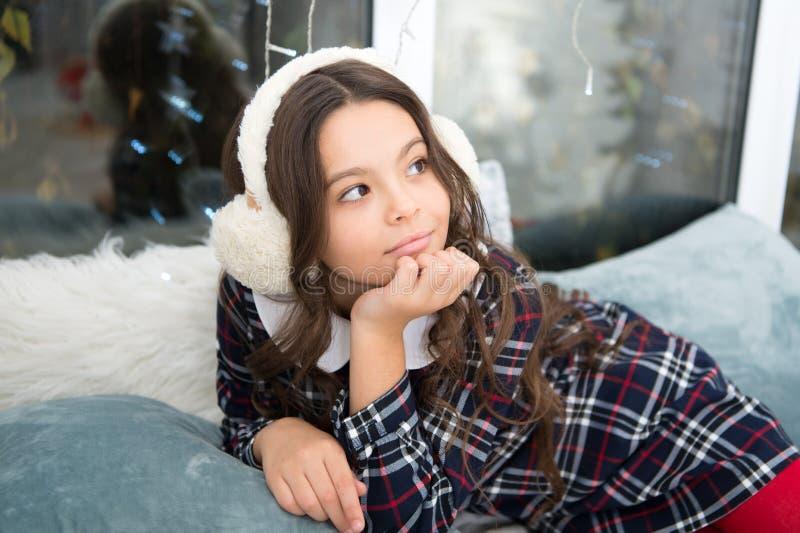 Pouco menina da criança com presente do xmas a menina pensativa comemora o feriado de inverno Tis a estação a ser alegre fotos de stock royalty free
