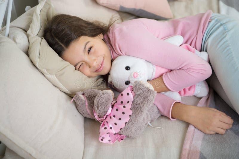 Pouco menina da criança com presente do xmas Puxando a árvore de Natal Inverno menina pequena que dorme em casa Feriado da famíli imagem de stock