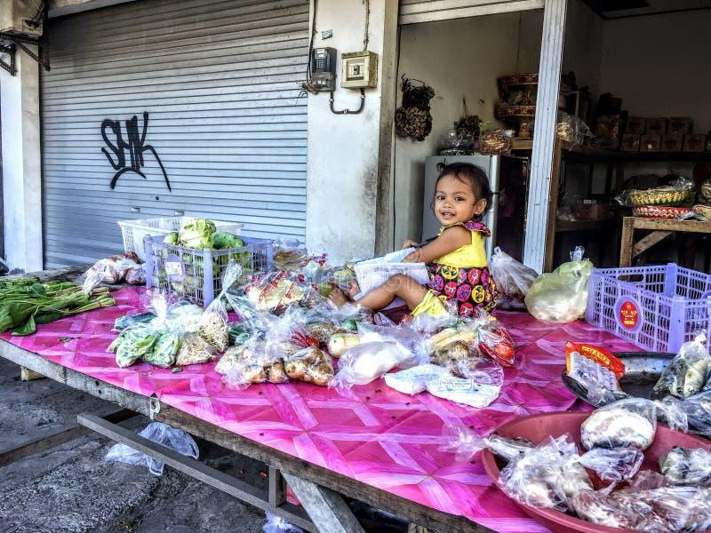 Pouco menina indonésia, Canggu, Bali, Indonésia, em abril de 2018 foto de stock royalty free