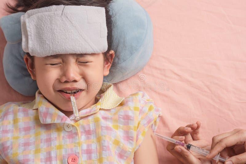 Pouco menina tailandesa asiática é pacientes pediatras está receoso das seringas imagem de stock royalty free