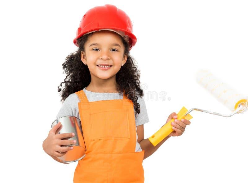 Pouco menina-trabalhador com pintura e rolo nas mãos isoladas foto de stock royalty free