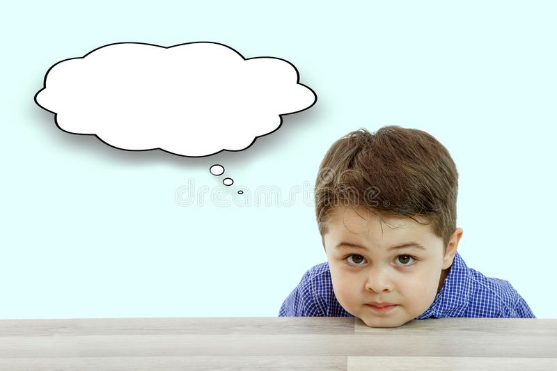 Pouco menino bonito e suas perguntas no fundo claro imagens de stock