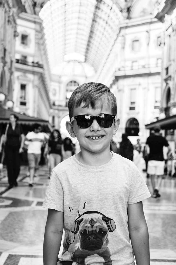 Pouco menino considerável em Milão, Itália fotos de stock royalty free