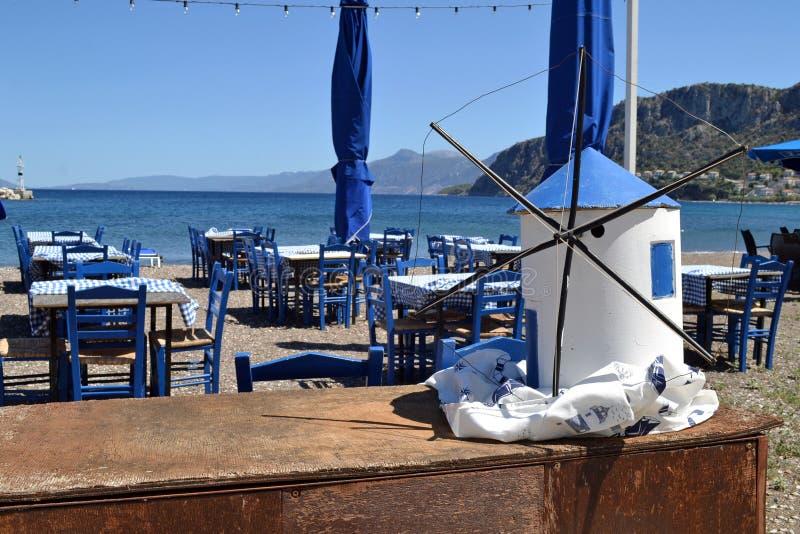 Pouco moinho de vento decorativo em uma taberna pelo mar imagem de stock royalty free