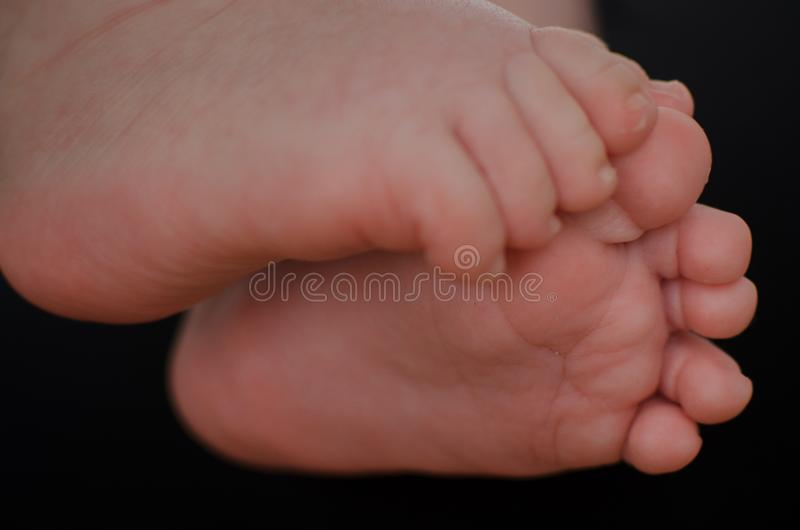 Pouco pé de um bebê imagem de stock