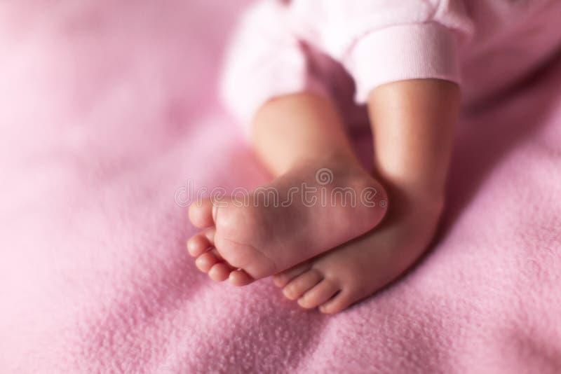 Pouco pés doces do bebê no fundo cor-de-rosa Conceito: crianças, paternidade, família, festa do bebê Copie o espa?o para o texto  fotos de stock royalty free