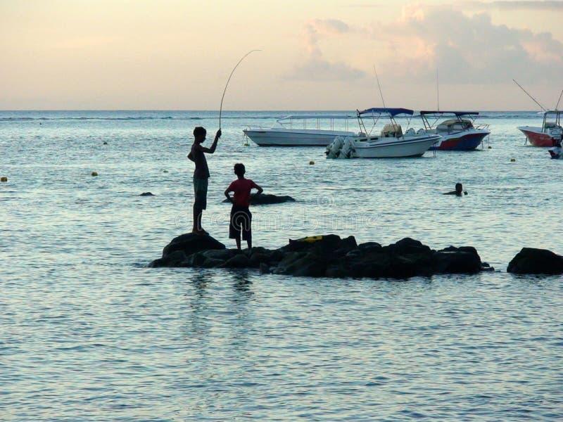Pouco pescadores em Mauritius Island imagens de stock