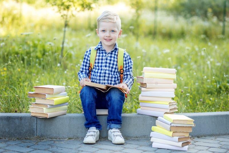 Pouco primeiro graduador nos vidros e com livros De volta ? escola O conceito da aprendizagem, escola, mente, estilo de vida imagens de stock