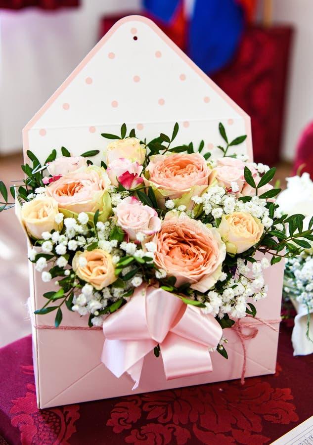 Pouco ramalhete de rosas coloridas, decoração romântica imagens de stock