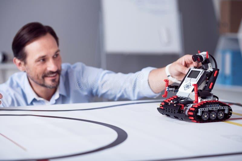 Pouco robô vermelho está pronto à exploração imagens de stock royalty free