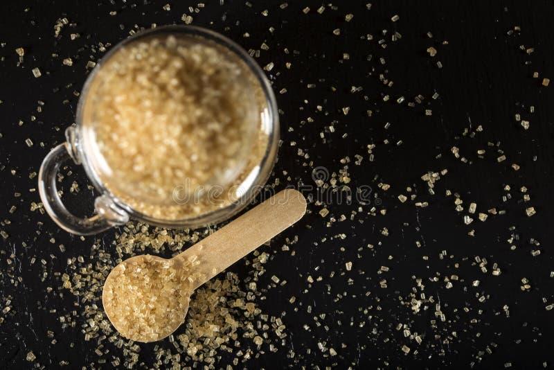 Pouco spon de madeira enchido com o açúcar mascavado foto de stock