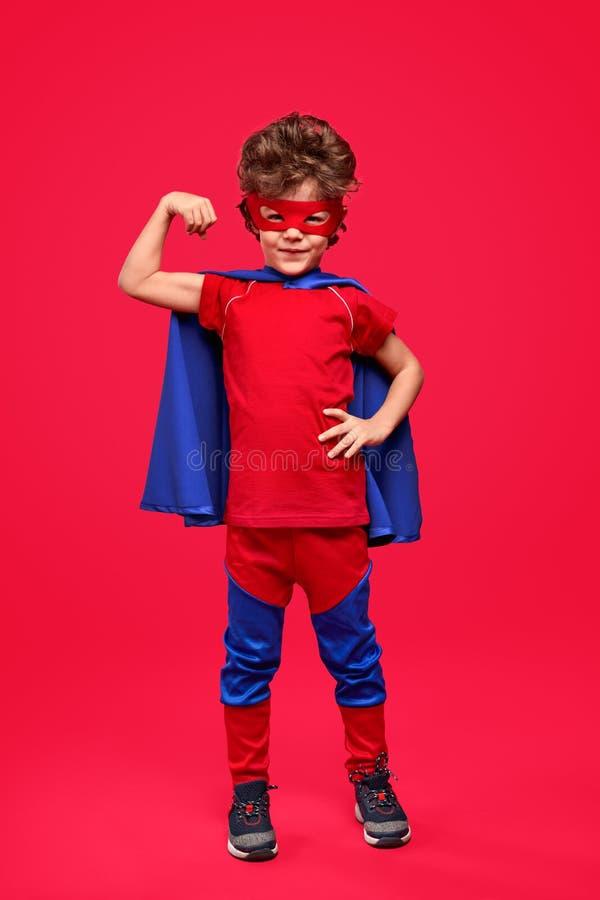 Pouco super-herói que mostra o bíceps imagens de stock royalty free