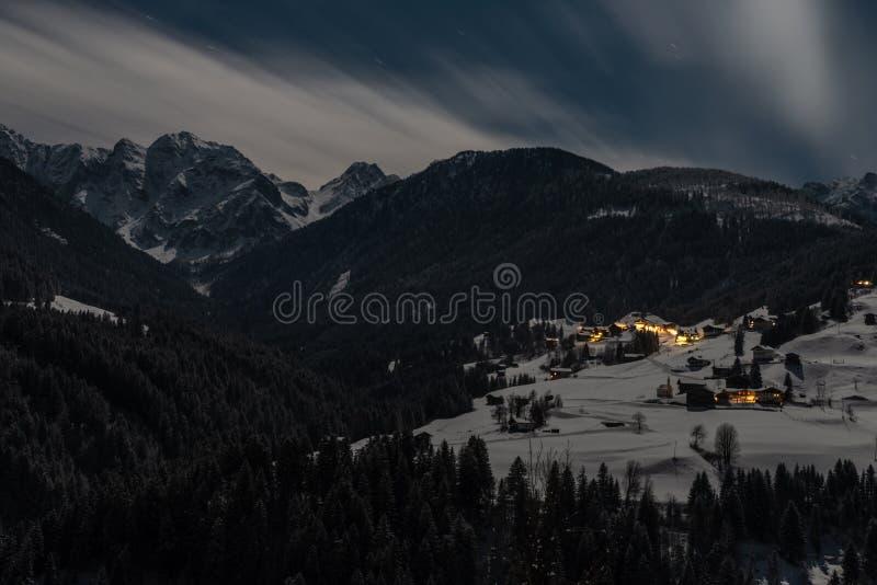 Pouco vila nos cumes Carinthian na noite fotos de stock royalty free
