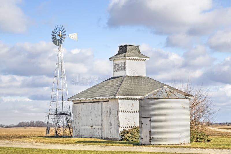 Poucos celeiro, escaninho, e moinho de vento fotos de stock royalty free