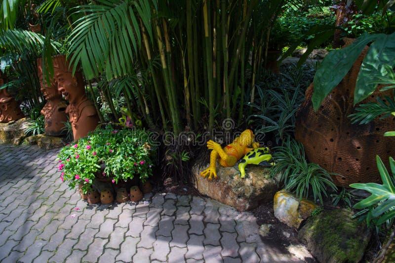 Poucos jardim e estátua cerâmica da rã fotografia de stock