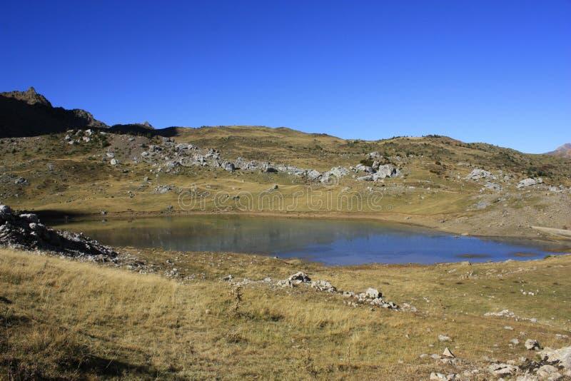Poucos lago e montanhas em Pyrenees Tramacastilla de Tena imagens de stock